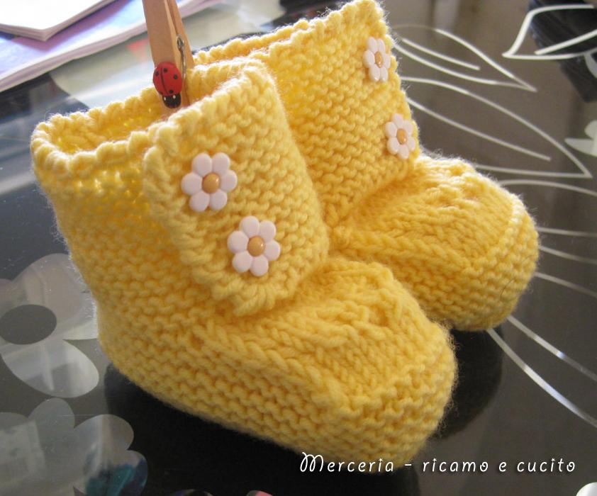 Scarpine neonata di lana ai ferri con fiore all'uncinetto ...