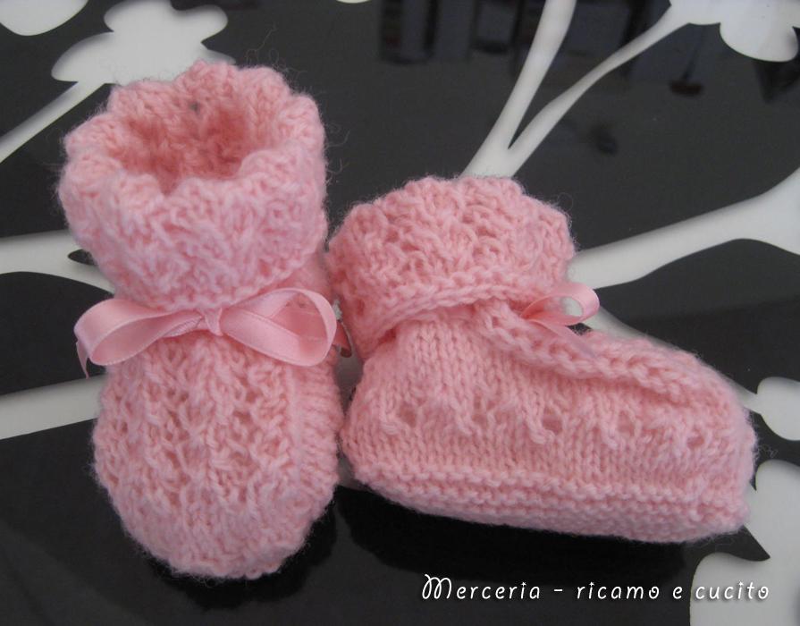 Scarpette neonata in lana rosa ai ferri | GIFT - Ricamo e cucito