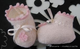 scarpine-neonata-di-lana-ai-ferri-con-fiore-all'uncinetto-2
