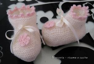 scarpine-neonata-di-lana-ai-ferri-con-fiore-all'uncinetto-3