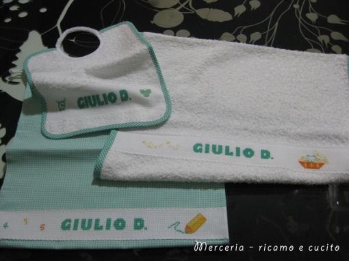 Set-bambino-con-bavetta,-asciugamano-e-sacchetto-per-Giulio-1