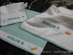 Set-bambino-con-bavetta,-asciugamano-e-sacchetto-per-Giulio-2