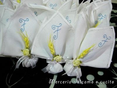 Bomboniera-a-fazzoletto-con-iniziale-ricamata