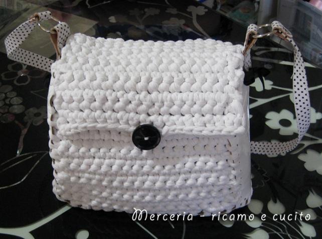 Borsa in fettuccia bianca con manici in similpelle pallinati