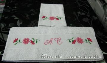 coppia-asciugamani-con-fiori-e-iniziali-1