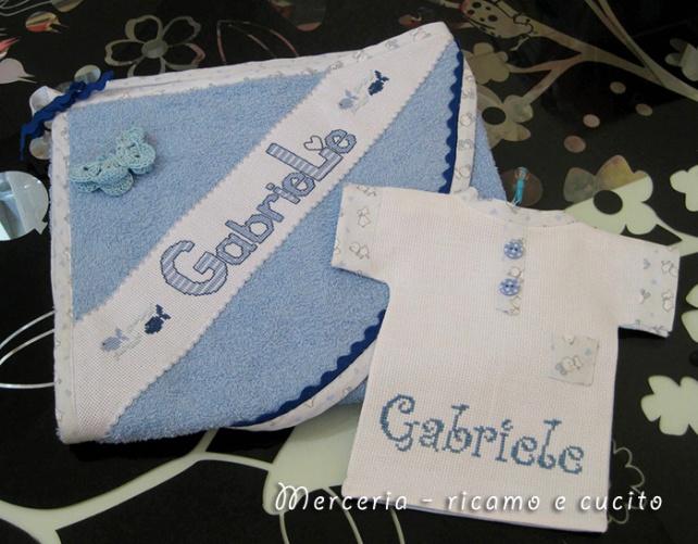 """Accappatoio neonato con farfallina e maglietta auto """"bimbo a bordo"""" per Gabriele"""