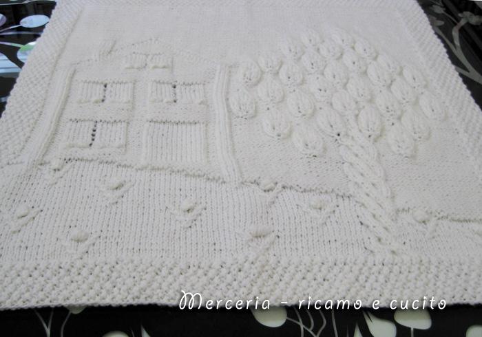 copertina in lana per neonato con casetta e albero