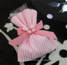 Sacchettini bomboniere portaconfetti rosa con farfalla