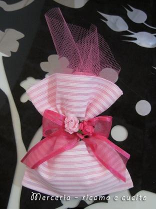 Sacchettini bomboniere portaconfetti rosa con roselline 1