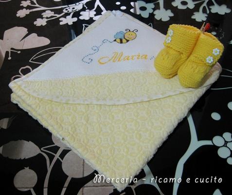 Accappatoio neonato con ape e scarpette per Maria