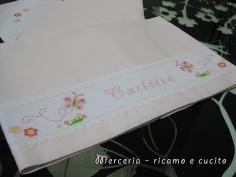 Lenzuolino e bavetta per Carlotta