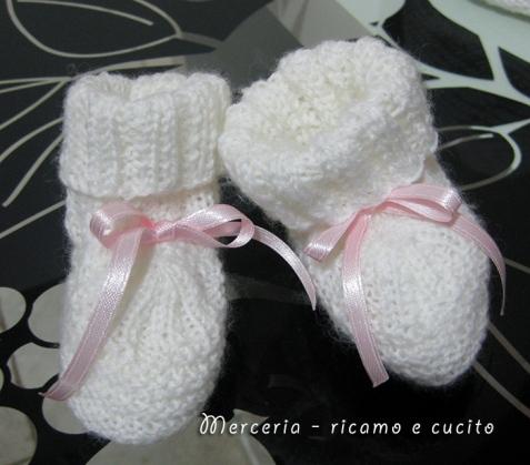 Scarpette e cappello con fiore in lana