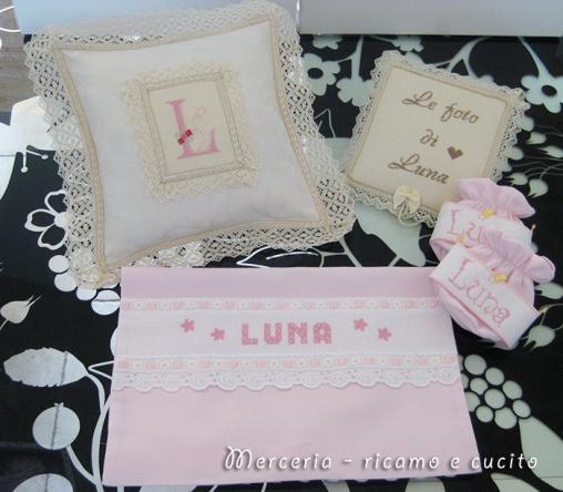 Cuscino con iniziale, copertina album foto, sacchetto nascita e porta ciuccio per Luna