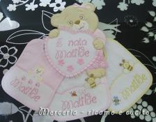 Sacchetti nascita, fiocco nascita orso con cuore e bavette per Matilde
