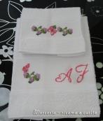 Coppia asciugamani con farfalline su fiori e iniziali ricamate