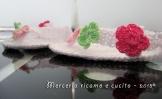 Infradito con fiori per neonata all'uncinetto