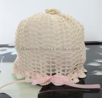 Cuffietta panna con rosellina all'uncinetto per neonata