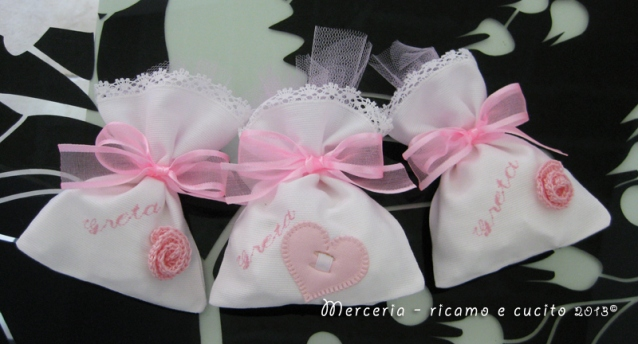Sacchettini bomboniere portaconfetti bianchi con cuore e fiore per Greta