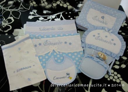 Fiocco nascita mongolfiera celeste, sacchetti per nascita, bavetta e borsa beauty per Edoardo