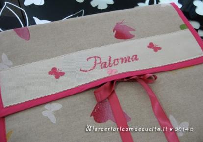 """Fiocco nascita cicogna rosa """"E' nata"""" e busta porta oggetti con farfalle per Paloma"""