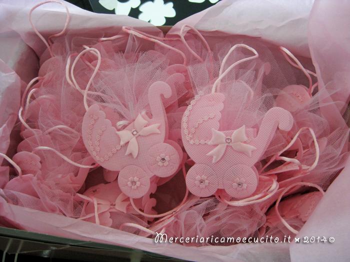Sacchettino bomboniera portaconfetti rosa a forma di carrozzina