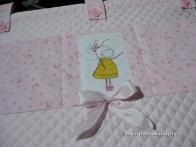 Set nascita per Noemi - Pannelo portaggetti, porta biberon, fiocco nascita farfalla, scarpette e fascia di cotone