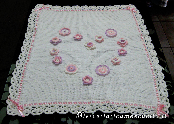 Copertina in lana con fiori a forma di cuore