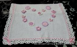 Copertina in lana con fiori a forma di cuore e fiocco nascita mongolfiera rosa per Ginevra