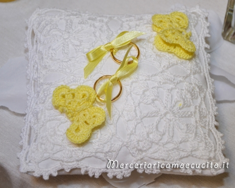 Cuscino portafedi con farfalle