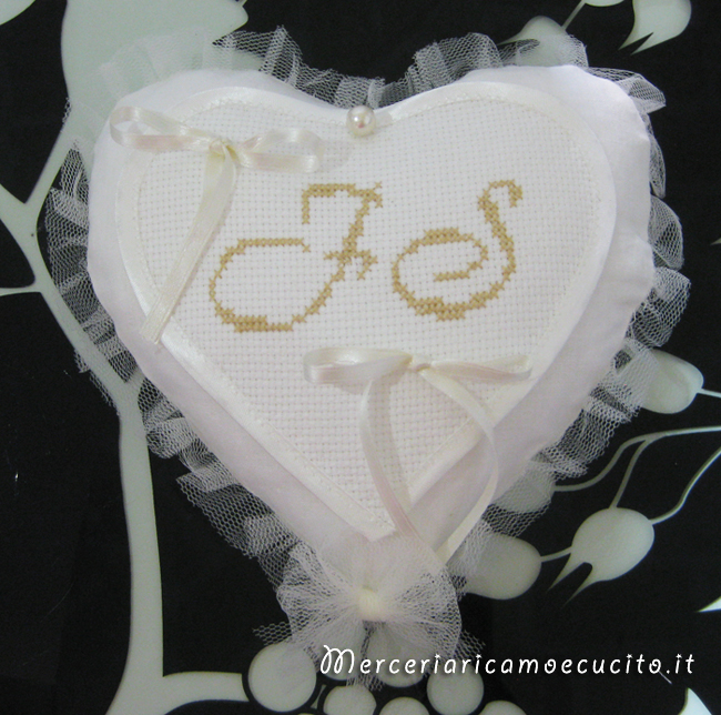 """Cuscino portafedi cuore con iniziali """"F. S."""""""