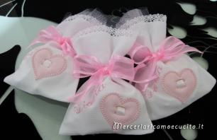 Sacchettini bomboniere portaconfetti con cuore e bavetta per Giulia
