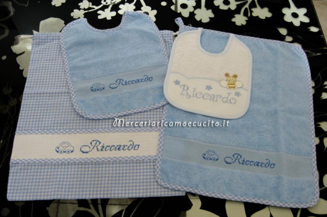 "Set per asilo celeste - Asciugamano, bavette e sacchetto per ""Riccardo"""