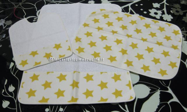 Set asilo fantasia con stelle con bavetta, asciugamano e tovaglietta