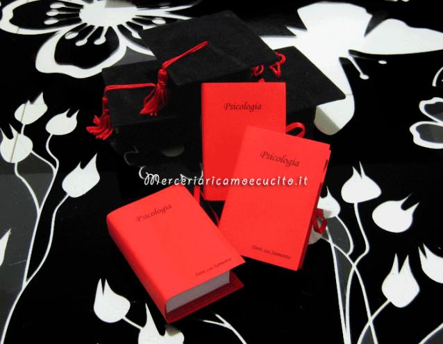 Bomboniera portaconfetti a forma di libro con esami e tocco per Samanta