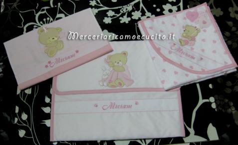 Set per nascita - Accappatoio con orsetto e cuori, sacchetto bicolore pallinato con orsetto e busa porta oggetti con orsetto per Miriam