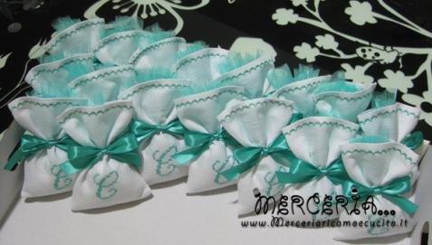 Sacchettini bomboniere portaconfetti in tela aida con iniziale