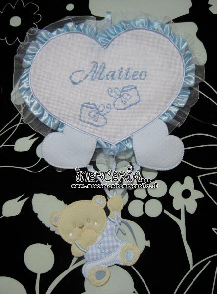 Fiocco nascita celeste con orsetto su palloncini cuore per Matteo