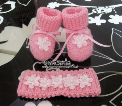 Scarpette e fascia in lana con fiori