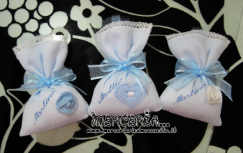 Sacchettini bomboniere portaconfetti celeste con cuore e fiore per Martino