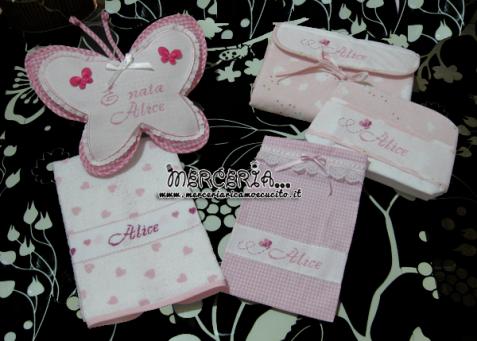 set-per-nascita-fiocco-nascita-farfalla-asciugamano-con-cuori-sacchettino-portaoggetti-bustina-e-coprifasciatoio-nuvole-per-alice