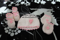 Set nascita - Corredino con pannello portaoggetti, fiocco nascita coccinella, copertina pile pois con amaca, cappellino, muffole e scarpette per Maria Francesca