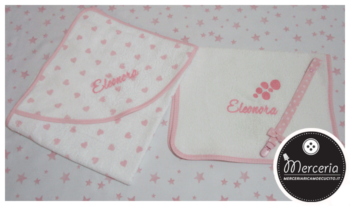 Accappatoio fantasia con cuori e asciugamano con bolle per Eleonora