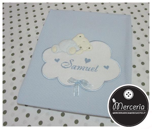 Copertina con orsetto su nuvola, bavette, scatola e clip portaciuccio per Samuel