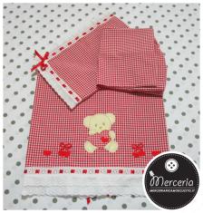 Set corredino per nascita - Lenzuolino, sacchetto portaoggetti e bavetta quadrettato rosso per Matilde