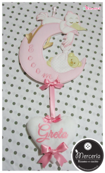 """Fiocco nascita luna rosa """"Eccomi"""" con cicogna e nuvola pendente per """"Greta"""""""