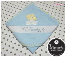 Set per nascita - Corredino con coperta copripiumino e lenzuolino con orsetto, bavetta prima misura, accappatoio e fiocco nascita cuore pois per Nicolò