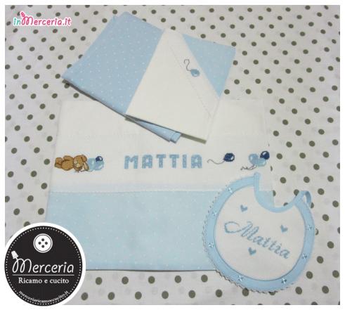 Set lenzuolino pois con orsetto e palloncini e bavetta prima misura con fiori per Mattia