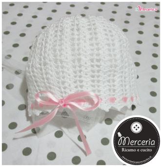 Cuffia cappello bianca all'uncinetto per bambina