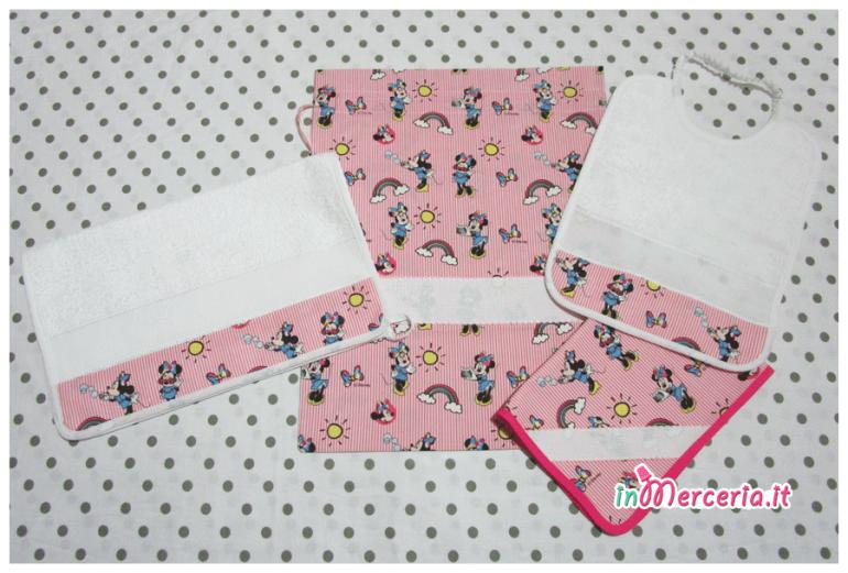 Set asilo Minnie Mouse - Sacchetto, asciugamano, bavetta e tovaglietta