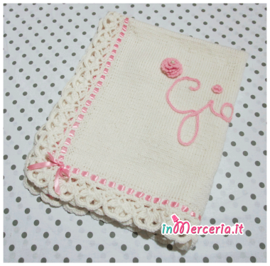 Set per nascita – Corredino con coperta in lana, lenzuolino con cuoricini, asciugamano pois con fiocchetto e bavette per Giorgia